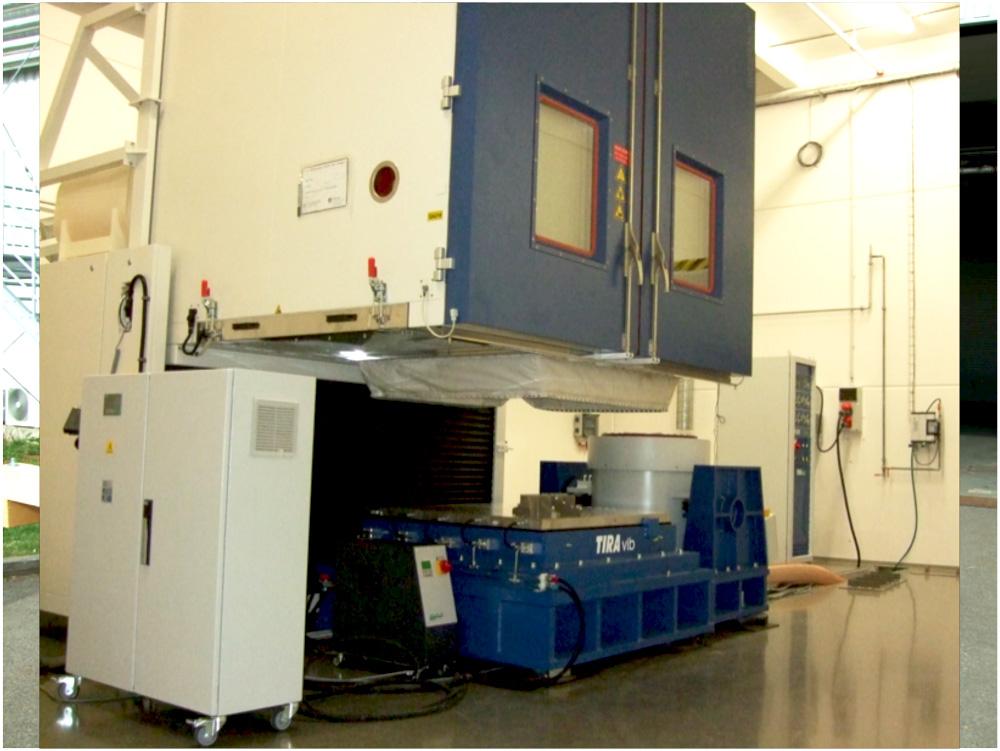 Systém pro provádění kombinovaných vibračních a klimatických zkoušek ve vertikálním i horizontálním směru