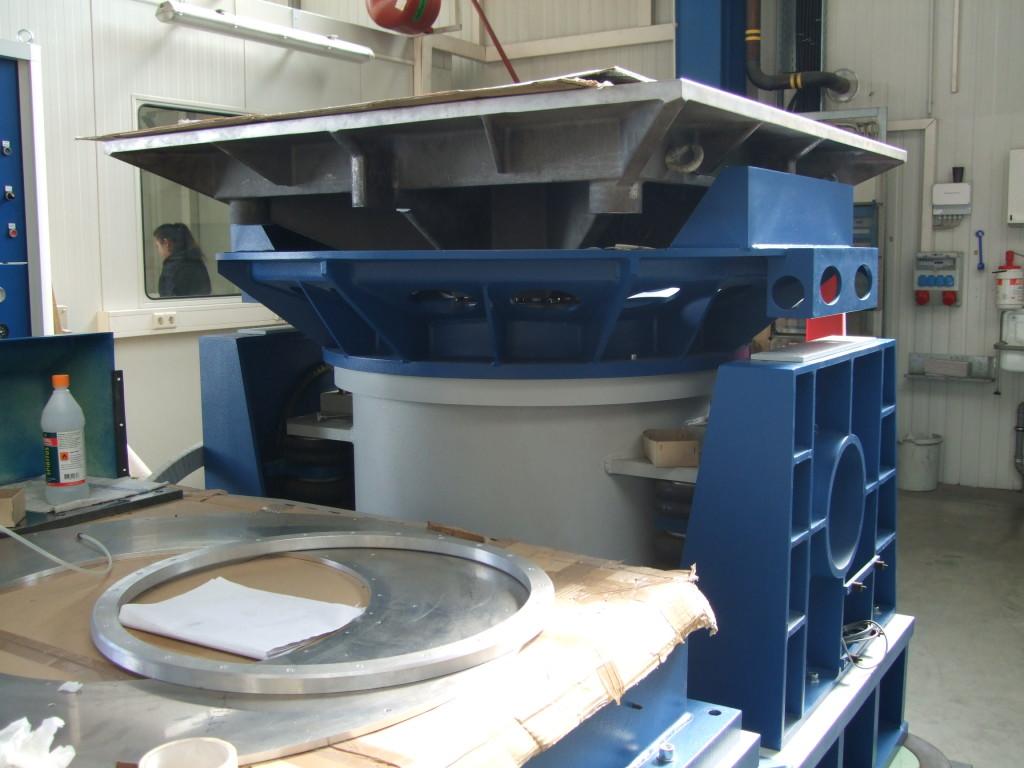 100kN vodou chlazený systém TIRA s headexpanderem v montažní hale