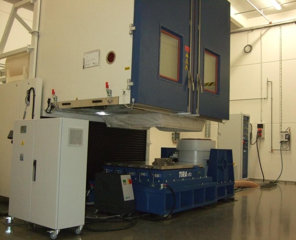 Budič vibrací TIRA 35kN s kluzným stolem 1220x1220mm a klimakomorou Weiss