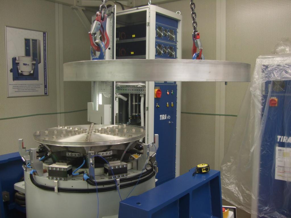 Příprava výkonové zatěžovací zkoušky budiče vibrací ve zkušebně TIRA